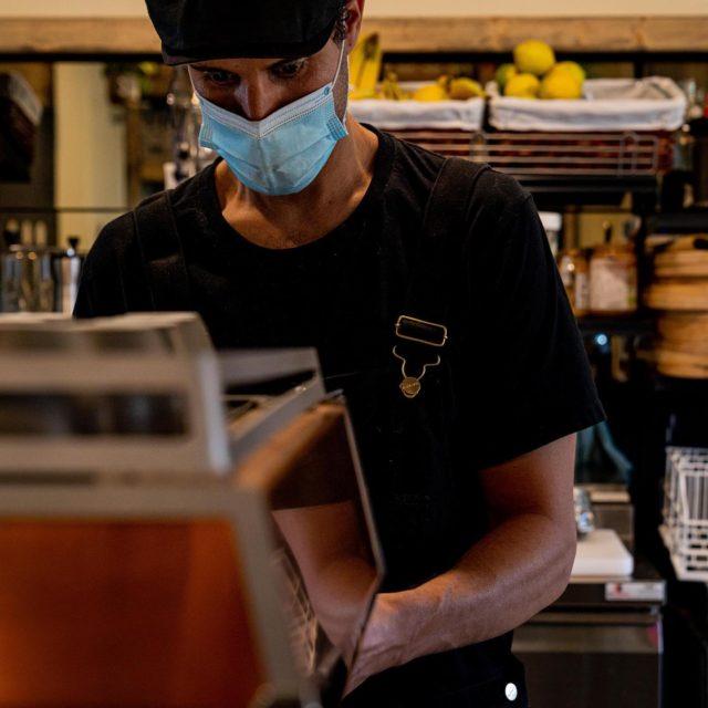 COFFEE LOVER ☕️ Rien ne vaut un bon café pour démarrer la journée, et en la matière, Joris @arbuste.cafe est un expert ! 💪🏼 Une sélection fine de ces origines, une torréfaction au cordeau, des notes tantôt fruitées, tantôt boisées… Entre acidité et amertume, puissance et finesse… Bref, vous l'aurez compris, le café, c'est la vie. ♣️Il me tarde de pouvoir d'ailleurs revenir en siffler un au coin de La Marzocco, et papoter avec toi mon Jo'… 🤜🏼🤛🏼 Qu'on se le dise, c'était quand même mieux, la vie d'avant ? 🤦🏻♂️ #caen#caencentreville#caenmaville#caenlamer#calvados#normandie#gastronomie#cuisine#culinaire#culinary#foodphoto#foodphotography#foodphotoshot#foodgram#coffee#cafe#coffeelover#coffeeshop