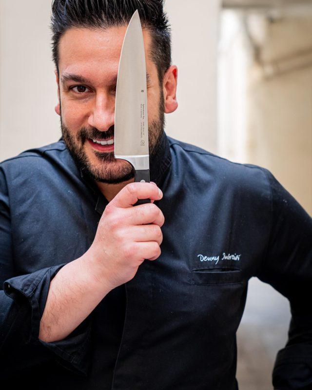 ITALIA É LA VITA ! 🇮🇹 C'est la semaine de la gastronomie italienne amici. 🥰 Vous le savez, je suis un amoureux de ce pays et de sa cuisine. Je ne pouvais donc pas passer à côté de ce moment qui lui est dédié, pour ne pas vous partager quelques photos de mes derniers shootings. 📸 Ogi, pour démarrer cette série, faisons un petit tour dans les cuisines de @dennyimbroisi 👨🏻🍳, chef connu et reconnu du côté de Parigi, ambassadeur de son pays et de sa culture au travers de plats gourmands et raffinés dont il a le secret : Carbonara, Tiramisu, Carciofi, Vitello… Bref, la Dolce Vita! 🤌🏼 Ça sent bon la Méditerranée, le soleil, les vacances... 🙄 Moi, ça me donne faim tout ça, pas vous ? 😋 #parisfood #parisfoodie #parisfoodguide #parisianstyle #parisjetaime #italianfood #italianrestauant #goodfoods #ttbon #lefooding #timeoutparis #elleatable #lefigaro #foodphotoparis #foodphoto #culinaryshot #chef #dennyimbroisi #eatinparis