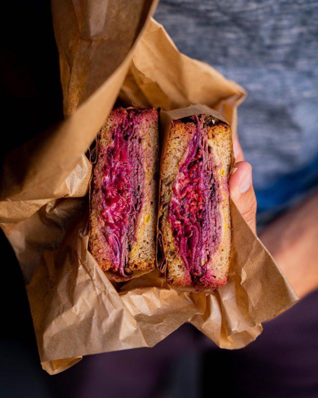 CASSE DALLE DE HAUT VOL ! 🚀 Sans doute un incontournable de la street food à Paris. 💪🏼 Vous connaissez le Reuben ? 🥪 Ce dwiche de dingo aux mille saveurs, son pastrami, son chou rouge, sa sauce… Le tout coincé entre deux tranches de pain complet au carvi, beurré, toasté, emballé, prêt à être dégusté. 😋Ça se passe au @frenchie_ftg, chez @gregorymarchand, Rue du Nil, et je peux te dire d'avance qu'il te fera fermer ton clapet tellement que c'est bon. 😱 Et puis, de toute façon, ma mère passait sa vie à me répéter qu'il ne fallait pas parler la bouche pleine, alors bon, pour une fois, je vais l'écouter ! 😬🤐 Rien que le voir comme ça, me donne envie de retourner direct dans le 2e lui faire sa fête. Pas toi ? 😉 #parisfood #parisfoodie #parisfoodguide #parisianstyle #parisjetaime #streetfood #streetfoodlover #goodfoods #ttbon #lefooding #timeoutparis #reuben #dwiche #cassedalle #streetfoodparis #foodandsens