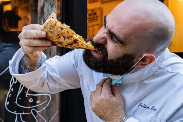UNE HISTOIRE DE RENCONTRES… 🤜🏼🤛🏼 On ne pouvait pas boucler cette semaine de la gastronomie italienne, sans parler des pizze de haut vol de l'ami @chef_cuisiolo_julien_serri @magna_street_food . 👨🏻🍳En plus de nous proposer la version street food de la pizza napolitaine 🍕, et sans doute l'une des meilleurs Margherita de Parigi, le Chef nous a sorti de son sac une version de saison, ouverte cette fois-ci (pour changer), réalisée avec des produits maraichers de grande qualité… Venant, forcément, de chez notre dealer d'herbes préféré @maisonargentain @collegeculinairedefrance ! 🌿 Depuis le temps que je l'attendais, cette recette : allier le savoir-faire de notre cuisïolo, et l'amour qu'il porte aux produits de qualité, et la passion de Seb, dont les légumes et aromatiques me scotchent le cul par terre à chaque fois. 😱 Butternut et thym citron, made in Normandie donc, miel, fêta, sésame… Quand la France et l'Italie se rencontrent autour de la table, pas de toute, cela fait des étincelles !!!!! ⚡️✨ Une recette respirant la Méditerranée… Dont je n'ai fait qu'une bouchée, vous vous doutez bien. 😋 Si vous êtes sur Paris, mes amis, foncez, tant que vous le pouvez. C'est de saison, c'est très bon, mais la saison, bientôt, laissera place à d'autres inspirations. 🍁 #parisfood #parisfoodie #parisfoodguide #parisianstyle #parisjetaime #streetfood #streetfoodlover #goodfoods #ttbon #lefooding #timeoutparis #pizzaiolo #pizzamania #pizzanapoletana #pizzatime #pizzalover #🍕 #pizza🍕 #pizza #neapolitanpizza