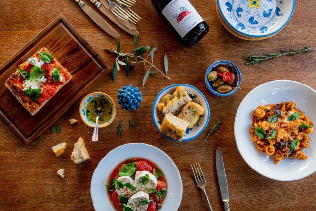 PIZZA O PASTA ?! 🤔 Parlons peu, parlons bien, parlons italien ! 🇮🇹 Et quand on parle de cuisine italienne, on pense forcément à deux plats emblématiques : les pizze et les pasta. ✌🏼Dilemme du jour : tu es au @restaurant_dongiovanni, à Sceaux (ouais, en banlieue aussi, il se passe des choses quali', merci d'ailleurs à @maison_montalet pour la reco!), et @eroskilawiss , le chef en personne, t'apporte la carte. 👨🏻🍳 Il te donne le choix entre sa Pizza Margherita Romana in Teglia, avec une pâte, qui, comme tu peux le voir, envoie du très très lourd… 🍕 Ou un bon plat de Mezze Rigatoni Alla Parmigiana, la pasta speciale de la maison, si réconfortant, si bon… 🍝 Tu choisis quoi ? Pizza o Pasta ? 😏 Merci encore à Eros, Andrea et toute l'équipe, et, comme on dit, arrivederci ! ♥️ #parisfood #parisfoodie #parisfoodguide #parisianstyle #parisjetaime #italianfood #italianrestauant #goodfood #foodphotoparis #foodphoto #culinaryshot #chef #eatinparis #italianstyle #pizza🍕 #pizzaromana #pastalover #pastalovers #pastapasta
