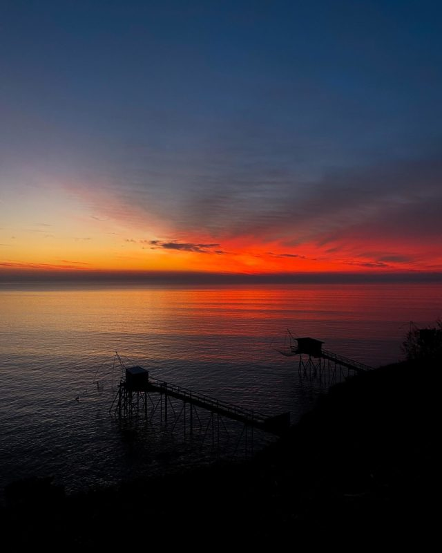 OCÉAN DE COULEURS… 🌅 Ça se dévore du regard, 🤩 De quoi nourrir nos rêves les plus fous. 🤞🏼 Nos envies d'évasion, d'ailleurs, 🚀 Face à cet océan de couleurs. 🌈 Ce spot a un goût de reviens-y… Je ne dirai donc pas au revoir @destinationpornic , mais à très vite ! ♥️ #destinationpornic#pornic#visiterpornic#loireatlantique#nantes#mer#sea#sunset#sunsetlover#sunsets#sunsetgram #skyporn #cloudporn #sunset_madness #sunset_pics #pornictourisme #igersfrance