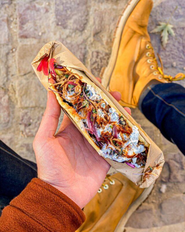 [INSTA] DWICHE ! 🌯 Manger sur le pouce 👍🏼, et prendre son pied 🤤... Quand nos chefs se mettent à nous concocter du casse dalle à s'en lécher les doigts 😋, forcément, je réponds présent pour m'en mettre un sous la dent. 😏 Que ce soit le Fish & Chips de @osanchaise @neso.paris 🐟, @victmercier et son Hot-Dog made in ici @fiefrestaurant 🌭, l'offre de poulet aux saveurs venues d'ailleurs de @mory_sacko_ @mosugo.restaurant 🍗, ou encore ce Dwich' Beef de chez @dupin_restaurant , qui, croyez-moi, n'a pas fait long feu avant de finir dans mon estomac. 🫔 Je vous dresse le portrait de la bestiole 🔍 : du pain pita homemade aux herbes 🌱, un boeuf confit qui a du passer quelques heures à cuire en douceur 🔥, un duo de sauce BBQ et fromage aux herbes fraiches, des pickles en veux tu, des oignons frits en voilà… Du très très bon ! 😍 Merci @clemchou05 pour la découverte, et merci à eux de continuer, encore et toujours, de garder la flamme, et continuer de nous régaler, avec des casses dalle alléchants. 👏🏼 #parisfood #parisfoodie #parisfoodguide #parisianstyle #parisjetaime #streetfood #streetfoodlover #goodfoods #ttbon #lefooding #timeoutparis #reuben #dwiche #cassedalle #streetfoodparis #foodandsens