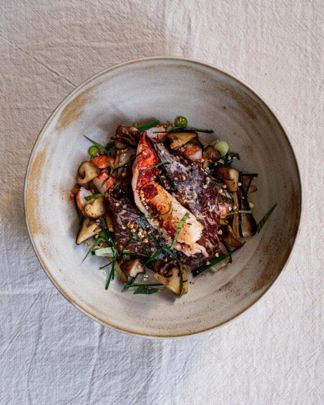 HOMARD M'A TUER ! 🤯 Et voilà ma recette de homard, travaillée cette fois-ci de façon plus «gastronomique», si on peut dire ça. 😅 Sur le papier, cette recette, entre terre et mer, se voulait gourmande, goutue, un peu technique quand même. 😬 De quoi se challenger un peu et sortir de sa zone. 🥵 Du homard bleu @lamaisonduhomard fumé et snacké au chalumeau 🔥 et de la Cecina de Leon, une charcuterie de bœuf ibérique très parfumée. 🥓 Des légumes racines de saison comme des carottes de couleur 🥕, vert de poireau, panais, et du shiitake pour rappeler le côté terre et boisé. 🍂 Quelques herbes fraîches, du gomasio breton @epicesroellinger , et surtout un bouillon de volaille rehaussé à la bonite séchée, sauce huître et soja, pour aller jusqu'au bout de l'idée que j'avais en tête. 🧐 Dans les faits, les légumes manquaient un poil de cuisson, la Cecina et son gras donnait une belle longueur en bouche mais prenait le dessus sur le homard. 😕 Et surtout, mon bouillon manquait de profondeur, d'un brin de folie... Bref, ça tournait court, même si les goûts étaient au rendez-vous. 😩 En résumé : c'était fun de pouvoir travailler de super produits. 😍 Maintenant, et heureusement d'ailleurs, y a encore du boulot avant d'arriver à des résultats satisfaisants. 💪🏼 Même si tout cela n'est que pour le fun, je vais donc continuer de fouiner mes bouquins. 📚 Poser tout un tas de questions aux chefs que je rencontre dans mon quotidien, et prendre tous les bons conseils et techniques pour m'améliorer. 👨🏻🍳 Pratiquer, essayer, échouer, recommencer, y arriver parfois... Continuer de nourrir encore et toujours ma curiosité, sans arrêt ! 😉 Et puis... Ça ne serait pas drôle si c'était trop facile, pas vrai ? 😜 #caen#parisfood#nantes#gastronomie#cuisine#culinaire#culinary#foodphoto#foodphotography#foodphotoshot#foodgram