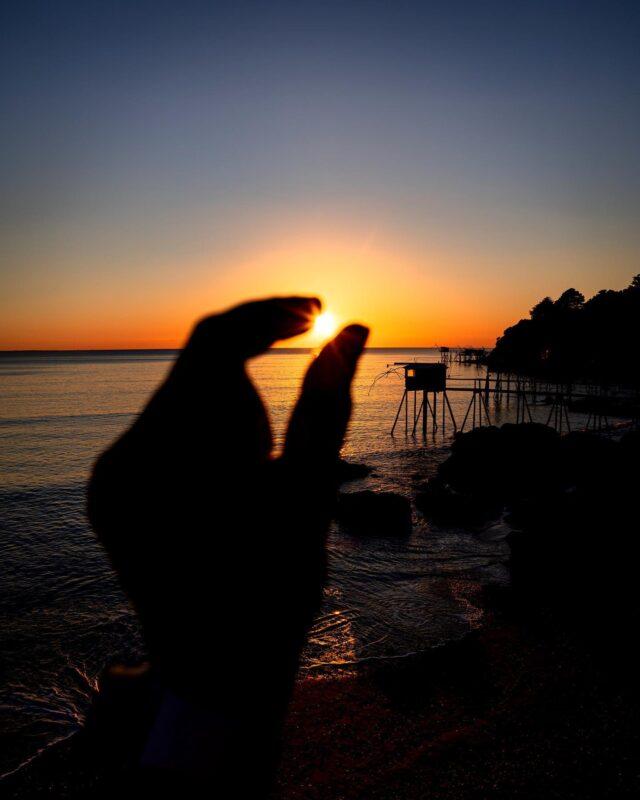 GOLDEN HOUR ! ✨  Sans doute le meilleur moment de la journée… 😍 Si seulement on pouvait l'attraper, le glisser dans sa poche, et pouvoir le ressortir quand ça nous chante, histoire d'avoir notre dose de lumières et de couleurs, peu importe où, peu importe quand...🌅  Ça serait le pied, non ? 👌🏻  #madestinationpornic2021 #destinationpornic#pornic#visiterpornic#loireatlantique#nantes#mer#sea#sunset#sunsetlover#sunsets#sunsetgram#skyporn#cloudporn#sunset_madness#sunset_pics#pornictourisme#igersfrance