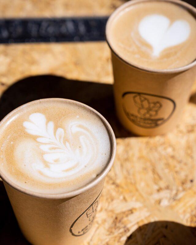 BUT FIRST, LET ME TAKE A COFFEE ! ☕️  Un café, et un bon de préférence, pour démarrer la journée du bon pied, et de bonne humeur. 😇Et lorsque l'ami Jo' @arbuste.cafe n'est pas dans la place (normal, c'est dimanche, faut bien qu'il se repose), mon choix se porte vers le gars Will @lescerisesducafe . 👨🏻🦱  Ce torréfacteur ambulant, rencontré chez Jo', lors d'une dégus', et qui torréfie d'ailleurs son café là-bas, occupe la place sur les marchés de Caen en fin de semaine, proposant une offre bien chouette quand, comme moi, un café n'est clairement pas de refus entre deux emplettes. 🛒  Entre espresso et latte, il y en a pour tout le monde, et tous les goûts, avec 3 origines proposées, le tout avec le sourire du patron. 😁  Si toi aussi, t'es complètement malade, shooté à la caféine… Tu connais désormais mes deux dealers préférés ! ✌🏼  #caen#caencentreville#caenmaville#caenlamer#calvados#normandie#coffee#cafe#coffeelover#coffeeshop #latte #latteart #cappuccino #latteartgram #coffeetime #coffeegram