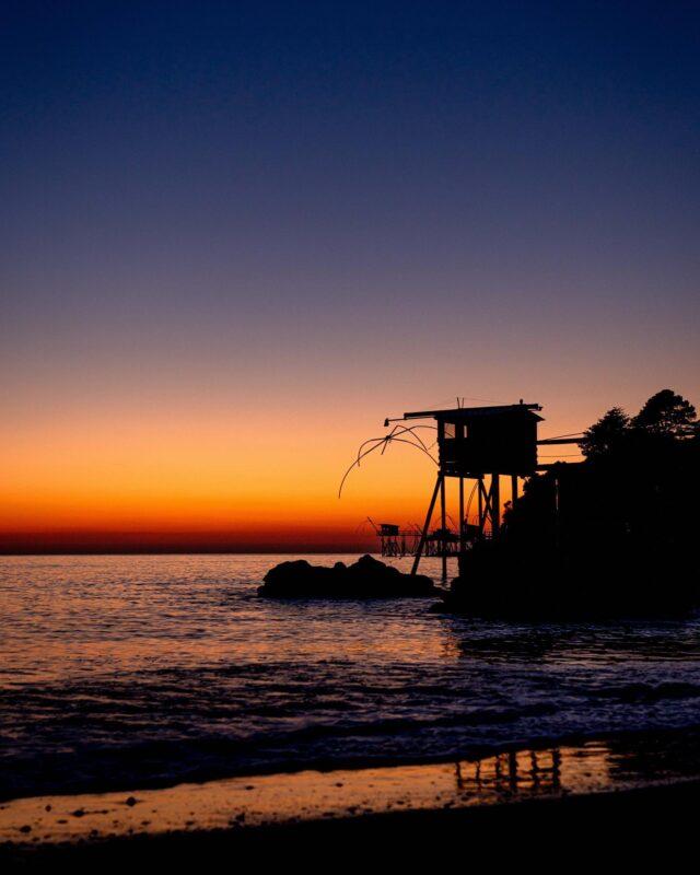RELAX & CLOSE YOUR EYES ✌🏼  Je vous pose le cadre. 😎 @destinationpornic, la mer, et un ciel d'une pureté au moment où le soleil s'en va se coucher, laissant place à un panaché de couleurs. 🌈 Le bruit de vagues venant caresser le sable et les coquillages. 🐚Si apaisant, si ressourçant. 👌🏻 Ces quelques jours sur Pornic sont passés bien trop vite. ⏱J'ai quand même pu croiser la route d'un mec bien cool sur la plage : @hugom.visual, vidéaste vivant dans le coin. 🎥Il se pourrait bien d'ailleurs que nos routes se croisent à nouveau lors de mon prochain passage… 😉La suite au prochain épisode.  #madestinationpornic2021#destinationpornic#pornic#visiterpornic#loireatlantique#nantes#mer#sea#sunset#sunsetlover#sunsets#sunsetgram#skyporn#cloudporn#sunset_madness#sunset_pics#pornictourisme#igersfrance