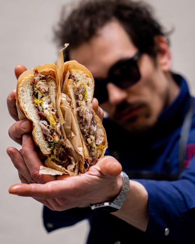 BRAQUAGE À L'ITALIENNE… 🇮🇹  Le Burger de chez@ida_restaurant@dennyimbroisi? O Dio Mio, qu'il était delizioso et très, très cochon. 😍 De quoi braquer direct toutes les bonnes résolutions d'un summer body en construction. 😅 En même temps, quand on met du guanciale et de l'amore sans compter, ça ne peut qu'être à tomber. 🏼  Tu valides amici ? 🍔  #dennyimbroisi#parisianstyle#parisfoodie#parisfood#parisfoodporn#italiancuisine#italianchef#burgerlover#burgerporn#parisfood#parisfoodie#parisfoodguide#parisianstyle#parisjetaime#italianfood#italianrestauant#goodfoods#ttbon#lefooding#timeoutparis#elleatable#lefigaro#foodphotoparis#foodphoto#culinaryshot#chef#dennyimbroisi#eatinparis