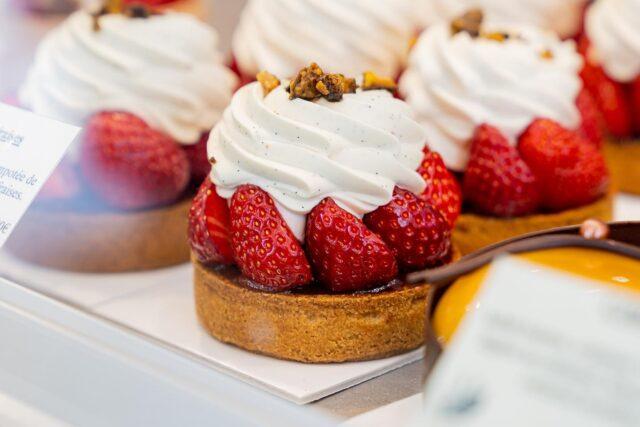 LÈCHE VITRINE ! 🤤  L'expression «dévorer du regard» illustrée en une image… Vous n'êtes pas d'accord ? 😏La petite dernière de chez Alban Guilmet, en plus de me faire de l'oeil 👀, a su aussi faire chavirer mon palais 😋.  En même temps, une base de flan dont notre cher pâtissier caennais a le secret 🍰, sur lequel on retrouve de la fraise entière, et en compotée 🍓 Et, cerise sur le gâteau 😜, pourrait on dire, une chantilly à la vanille, pour couronner le tout… 👑  Impossible de résister, croyez-moi! ✨  #caen#caencentreville#caenmaville#caenlamer#calvados#normandie#pastrylove#pastryaddict#pastrychef#pastrygram#foodphoto#foodphotography#foodphotoshot#foodgram