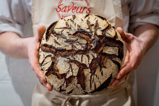 SAINT HONORÉ ! 🥐  Mieux vaut tard que jamais, hier, c'était la Saint Honoré, la fête de nos artisans boulangers. 👨🏻🍳S'il y a bien un métier qui attise toujours autant ma curiosité, c'est bien celui-ci. 🧐 Le travail de la matière, qui permet, à partir de farine, d'eau et le fruit d'un dur labeur et de nombreuses heures, impose forcément le respect. 👏🏼  Et puis, surtout, il y a cet éveil des sens avec le pain : le craquement sous le poids des doigts d'une croute qui chante, l'odeur à la sortie du four… 🔥 Il faut dire qu'à la vue de cette tourte de seigle tout juste sortie du four, ma seule envie est de m'en payer un tranche, et la beurrer généreusement (team fleur de sel, qu'on soit d'accord) ! 🧈  Avec ceci ? Tout simplement force à tous nos #MicheLover. 🥖 Mangez du pain (bien cuit s'il vous plait), ça fait du bien quand c'est bien fait. ❤️  #caen #artisanatfrancais #artisan #boulangerie #boulangeriepatisserie #boulanger #sainthonore #pain#bread#breadmaking#levain#levainnaturel#levainbakery#sourdoughbread#sourdoughbread#sourdoughbaking#bakery#bakerlife
