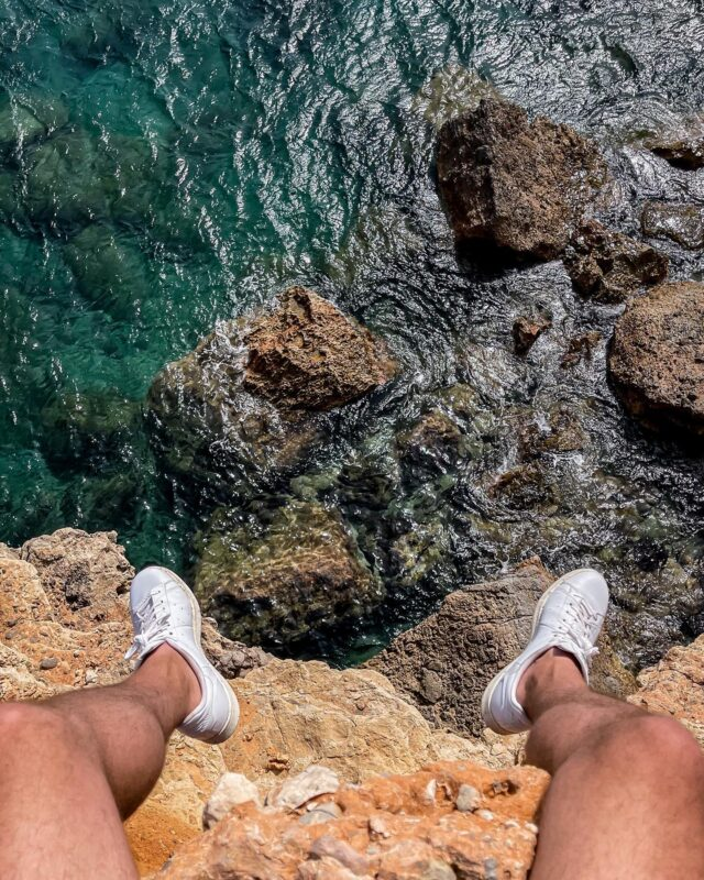 À EN COUPER LE SOUFFLE ! 😱  Ne pas regarder en bas, ne pas regarder en bas, ne pas… 🤯Tout est dans le titre : ce spot était tout simplement dingue, voilà pourquoi je vous le repartage aujourd'hui. 📸 Ibiza au naturel, bien loin des clichés d'une vie nocturne endiablée. 🏝  #ibizabeach #ibizastyle #ibizalife #ibizalovers #ibiza❤️ #balearicislands #spaintravel #seaview