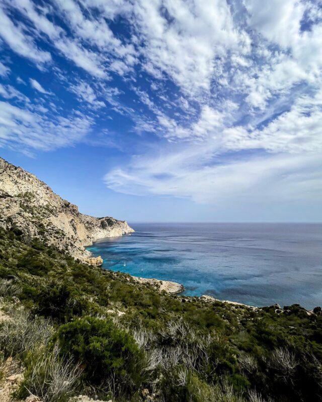 IG VS REALITY ✨  La nature pour ne faire qu'un, le temps d'une pause méditation… Ou pas, surtout quand je suis dans le coin ! 🤪  #ibizabeach #ibizastyle #ibizalife #ibizalovers #ibiza❤️ #balearicislands #spaintravel #seaview