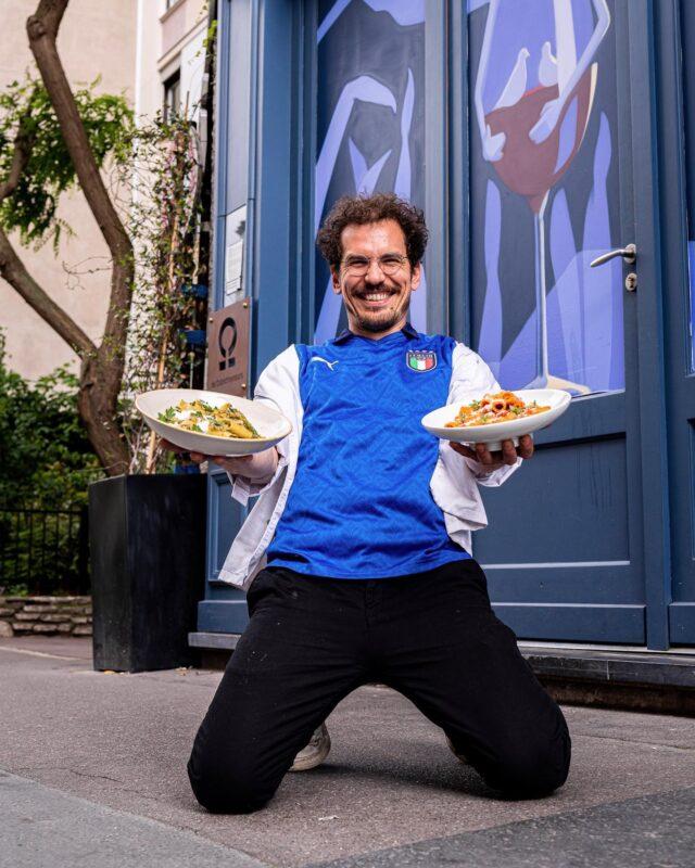 FORZA ITALIA ! 🇮🇹  Le secret pour tenir jusqu'au bout de l'effort ? Un bon plat de pasta évidemment amici ! 🍝 Et à défaut d'avoir mangé des P'tits Suisses hier au dessert 😅, on se la joue comme Giu', entre pesto rosso, grana padano, et tout ce qui fait vibrer nos papilles au doux son de l'Italie. 🍅🧀🍕  Attention, je parle bien de gastronomie, pas de ballon rond, qu'on ne s'y méprenne pas… 🏼  #parisfood #parisfoodie #parisfoodguide #parisianstyle #parisjetaime #italianfood #italianrestauant #goodfoods #ttbon #lefooding #timeoutparis #elleatable #lefigaro #foodphotoparis #foodphoto #culinaryshot #chef #dennyimbroisi #eatinparis