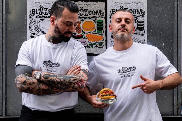 FUSION (STREET) FOOD! 💣  En voilà une belle collab' : concilier les deux formats street préférés des français, pour n'en faire qu'un. Et quel bonheur ! 😍  @blossom_burgers x @ozlem_doner , le temps d'un flirt à la capitale, pour réunir les amoureux du burger 🍔 et du doner 🌯 sous le même toit.  C'est déjà fini, et pourtant, ce burger a comme un goût de reviens-y. 😏 Pas vrai les foodies parisiens ? 💬  #parisfood #parisfoodie #parisfoodguide #parisianstyle #parisjetaime #streetfood #streetfoodlover #goodfoods  #ttbon #lefooding #timeoutparis #burgerlover #burgerlife #donerkebab #döner