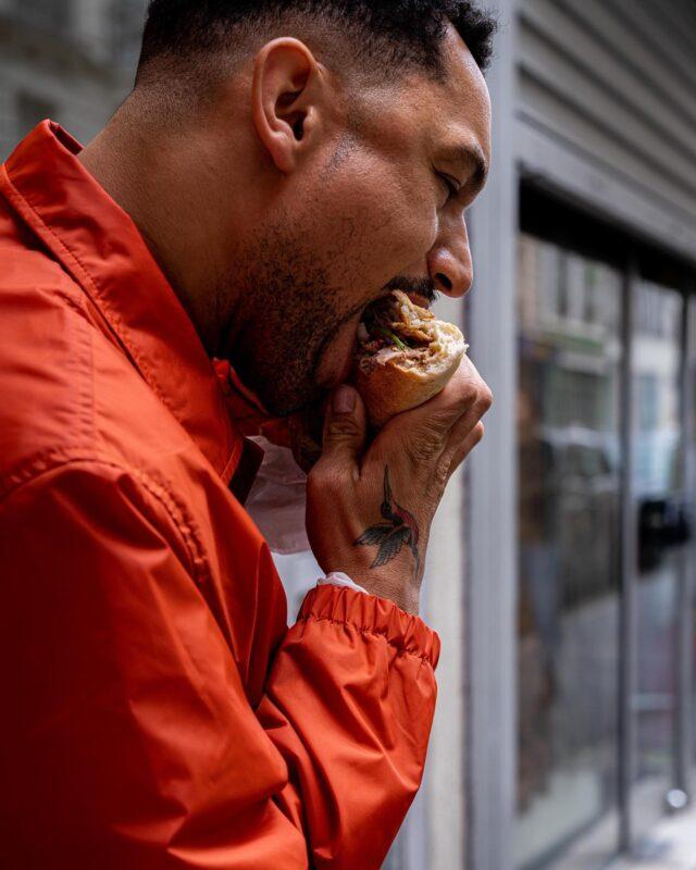 BANH MI AMORE ! ♥️  Attention : dwiche très cochon. 🐷Un French Kiss à la sauce Viet' débarque in the 'hood du côté du 11e. 🇻🇳 Au programme : 5 recettes, dont celui-ci, qui porte fièrement N°21. 🌯 5 viandes 🐽🐔, des pickles 🥒, de la coriandre 🌱, du piment 🌶, et du beurre 🧈(une première pour moi dans ce casse dalle), le tout pris en sandwich dans du pain 🥖.  Frais, gourmand, du goût, du goût, du goût… 😋 Et ouais : @nonettebanhmi ne fais pas les choses à moitié. 💯Tellement bon, qu'on s'en taperait bien un deuxième, là, tout de suite, maintenant. 😏  👏🏼 @cheflymalaya  👨🏽🦱 @florentalexiswessels   #parisfood#parisfoodie#parisfoodguide#parisianstyle#parisjetaime#banhmi #bánhmì #goodfoods#ttbon#lefooding#timeoutparis#elleatable#lefigaro#foodphotoparis#foodphoto#culinaryshot#eatinparis