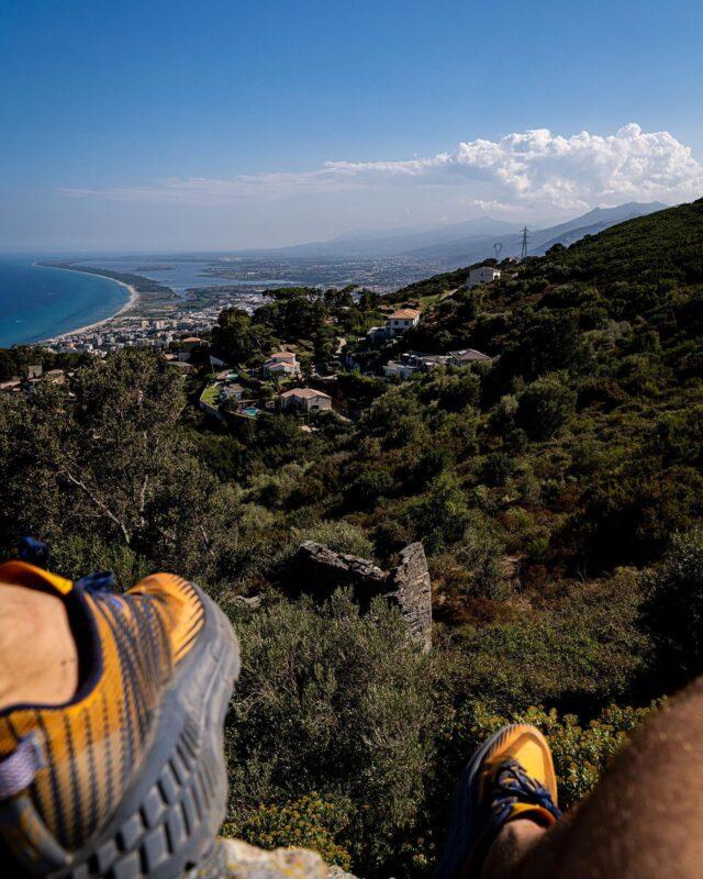 PERCHÉ SUR MON ROCHER ! 🏔  À profiter du calme du maquis, et de la vue imprenable sur la baie. 🏝Ce court séjour en Corse ne m'a pas aidé à recharger les batteries comme je le pensais 🔋, mais quelle bouffée d'air frais, malgré une chaleur bien présente, avant de reprendre la route, vers de nouvelles aventures, en compagnie d'un acolyte de choix. 😎  Alors, prêt(e)s à prendre la route à nos côtés, dans ce qui s'apprête à être une #BellaStoria ? 🛵 Accrochez vos ceintures, ouvrez grand les yeux… Ça va bouger par ici pendant les prochains jours. 😉