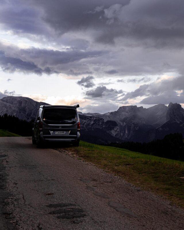 DOLOMITI ! 🏔  Enchaîner les lacets, et atteindre enfin ce spot que l'on imaginait depuis le départ de ce trip incroyable : les Dolomites, et l'Alpe du Siusi. 🔥  Tu avais raison @my_tasty_travels : c'est tout simplement magnifique. 😍  Si tu veux prolonger le plaisir de ce spot, rendez-vous sur le compte @bricednc . Il se pourrait bien qu'il nous réserve un post de haute voltige… 🚀  Demain, on continue en altitude, de l'autre côté de ces sommets ! 🤙🏼