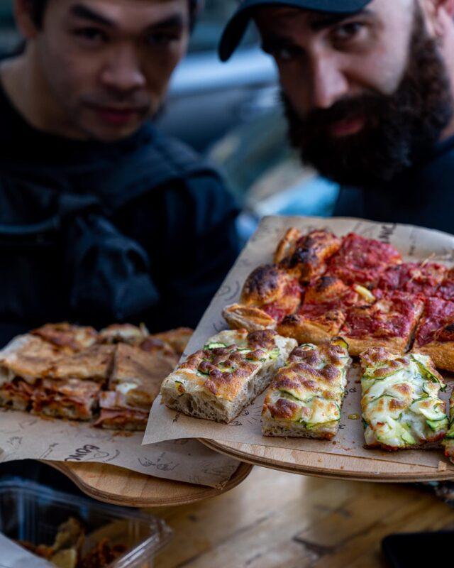 STREET FOOD IN ROMA ! 🇮🇹  Aujourd'hui, c'est chez Gabriele Bonci que ça se passe, entre pizze al taglio crunchy à souhait et frittatine de pasta très très coquines… Le tout servi sur un plateau, et avec le smile de nos deux compères ! 🤘🏻C'est certain, à Roma, la street-food fait très très mal. 💥Côté pizze déjà, cette version au carré, fait clairement le job : une pâte croquante, un choix varié, même si, dans mon coeur, la Margherita reste tout en haut. 😇Côté pasta, c'est la découverte de ce séjour : que ce soit cette lasagne enveloppée dans une chapelure à la cuisson bien franche, ou ces bucatini façon Carbonara. 🍝  Une adresse à faire, en arrivant de bonne heure, car, à peine le service entamée, il y avait déjà pas mal de monde. 😉