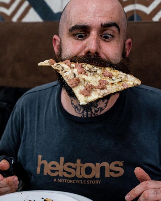 A EN DONNER LE TOURNIS ! 🤪  C'est vrai qu'avec toutes ses pizze à Roma, il y a de quoi en perdre la tête. Pas vrai @chef_julien_serri ?! 😜  Pour boucler la boucle sur le sujet, direction @arotapizzeria @tradizione_romana_samielsabawy, qui pour le coup nous propose un tout autre style, plus «old school» dirons nous : la Tonda Romana. 🍕  Au programme : pâte à la maturation longue, étalage très fin au rouleau, cuisson au feu de bois 🔥, pour un rendu et une texture en bouche craquant finement sous la dent. 😋  3 écoles, 3 styles, pour un même kiff' à la dégustation. 🙌🏼 Et toi, ta pizza, tu la préfères moelleuse ou croquante ?! 💬
