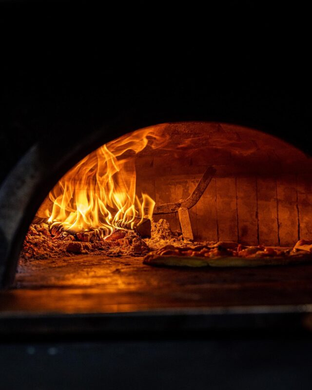 NAPOLI ! 💙  On ne pouvait pas parler pizza (promise après on arrête), sans se rendre right to the source, là où elle prend ses racines. Certes, ce passage fut bref, mais pour l'histoire, il fallait nous y rendre, et goûter à La Vera Napoletana. 🍕  Pour le coup, on n'a pas fait dans le compliqué : Margherita, et basta. 🏼Une pâte aérienne, moelleuse. De la fior di latte, de la tomate, du basilic, de l'huile d'olive… 🍃 Pourquoi faire compliqué, quand on peut faire simple. Une icône de la gastronomie italienne, inscrite au Patrimoine Mondial de l'UNESCO ! 🙏🏻  Grazie @ammaccamm pour l'accueil et l'immersion au coin du four…  Le Giro continue, direction les Pouilles ! 🏎