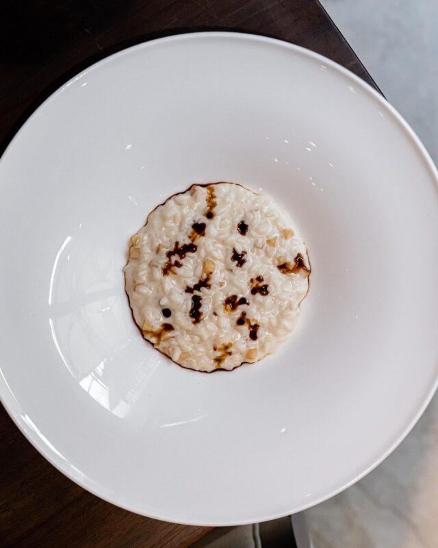 RISOTTO, PARMIGIANO, BALSAMICO… 🇮🇹  Un trio magique, réuni dans une assiette pleine de saveurs, et de finesse. 👌🏻 Un risotto cremoso, qui n'a plus de secret pour nous désormais, grâce aux conseils du chef étoilé Luca Marchini, à la tête du restaurant L'Erba del Ré, en plein coeur de Modena. 📌Une masterclass en toute intimité, en cuisine, à échanger et partager autour de ces deux produits phares, qui font la fierté de la région : l'Aceto Balsamico donc, et le Parmigiano. 😍Et dans le Parmigiano, rien ne se perd, tout se transforme. 🔥 Tantôt infusé dans du lait pour venir cuire notre riz, tantôt déposé en fin de cuisson, avec la croute détaillé en petits dés, apportant ainsi une texture surprenante à la dégustation, et une explosion de saveurs. 💣La touche finale de cette assiette ? Quelques gouttes de notre or noir, et basta… Delizioso, tout simplement. 🏼  #roadtrip#vantrip#mercedesbenz#mercedesvans#marcopolo#camper#vanlife#trip#bellastoria#dolcevita#italianfood#italiangastronomy#eatinitaly#ilikeitaly